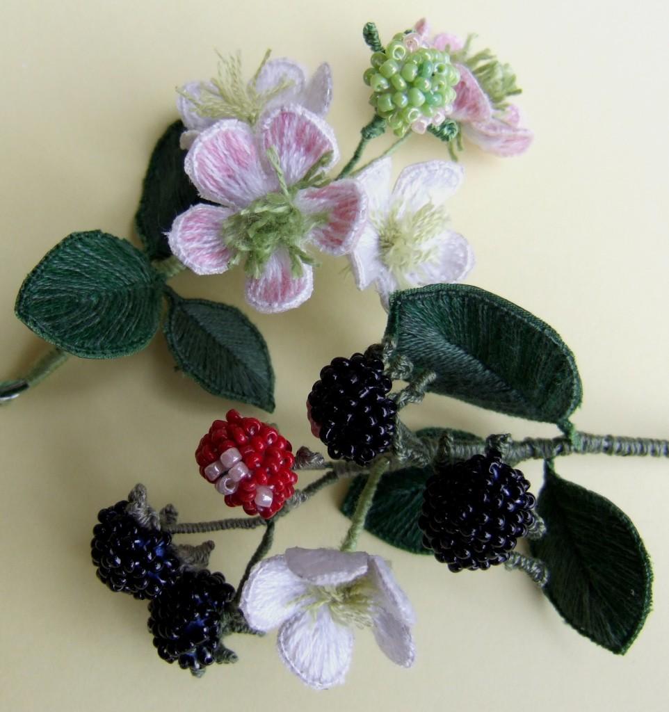 Brombeeren und Blüten